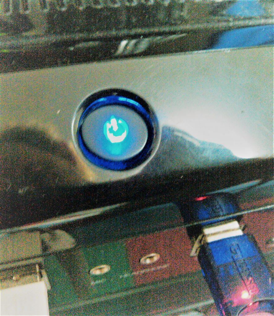 PCの電源スイッチの押し過ぎではまり込んだ図